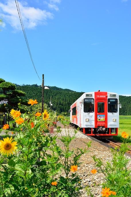 由利鉄7D 行き合いの空青く、花も季節混じりの頃 黒沢 130826 佐藤和博h690