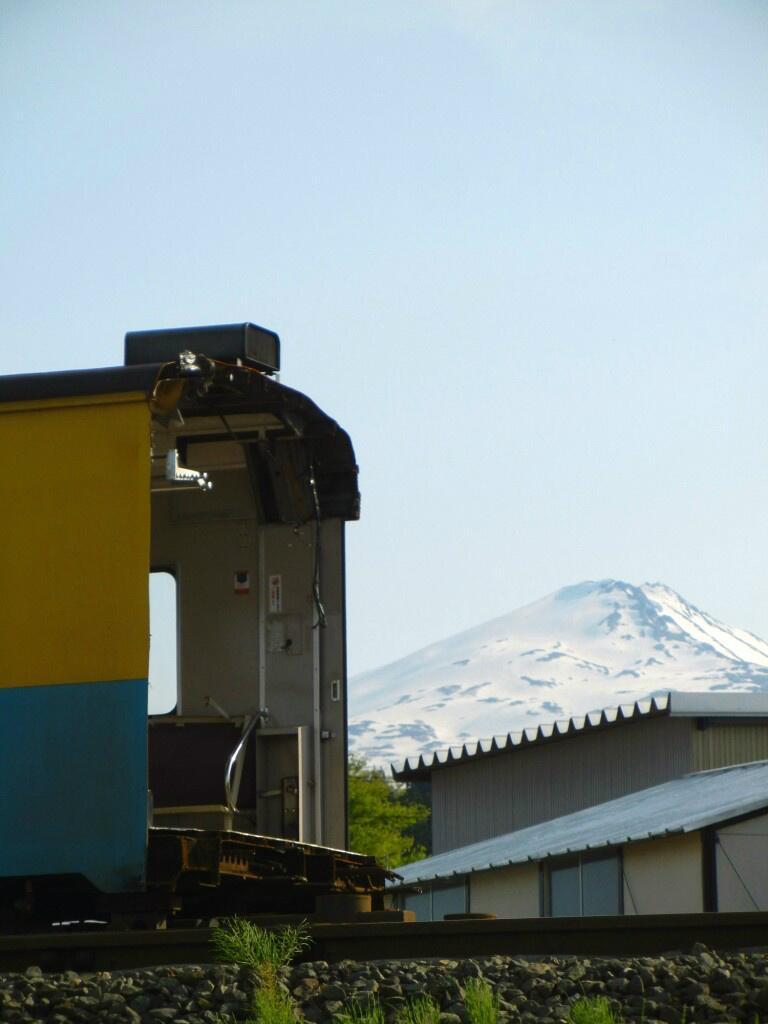 今年開催の「秋田大鉄道展」に展示するため、運転台をカットされた由利高原鉄道YR-1503。鳥海山がその労をねぎらっているように見えた  twitter 柴犬