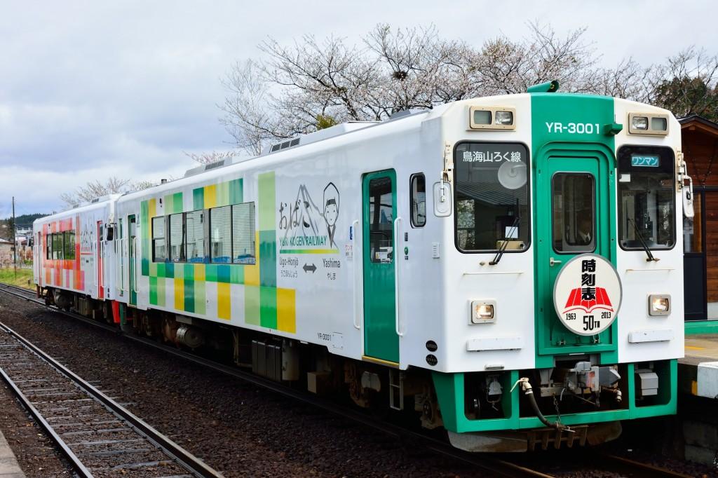 由利鉄 5D YR3002+3001 時刻表50thHM掲出 前郷駅 130503 佐藤和博