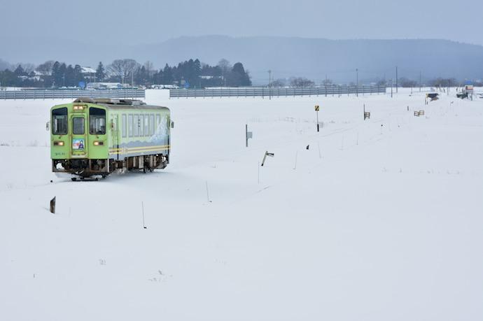 由利鉄7D  雪中単行DC駆ける YR2002  前郷〜曲沢 140116  佐藤和博