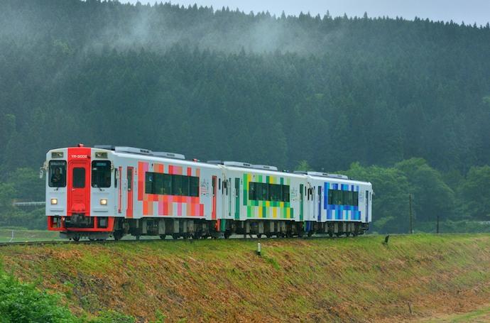 由利鉄 5D YR3002+3001+3003  雨に煙る峠から 鮎川~子吉 140613  佐藤和博W690