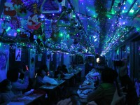 トンネル内では青や赤にキラキラ