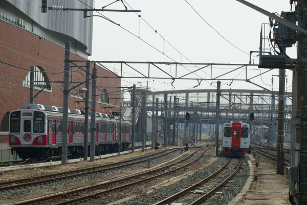 由利高原鉄道YR-3002と、昨日衣替えからの再スタートとなった豊鉄1803Fの、まさに一期一会のショット atsumi1800